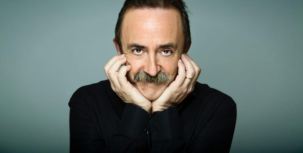 Todo el mundo lo conoce como el frutero. Es cómico, humorista, presentador, monologuista, actor de cine, teatro y tv.