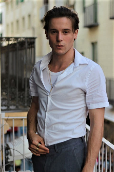 THEO BORÉS es un actor medio español, medio francés. Habla perfectamente varios idiomas. Tiene carisma, glamour, talento y ganas