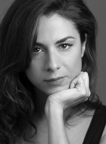 Claudia Ferranti, actriz española, latina, de raza. Habla español, inglés, francés e italiano.