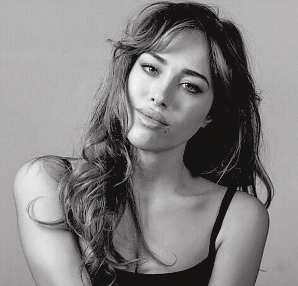 La actriz Grecia Castta vive entre Miami y mMadrid. tiene un talento como actriz incuestionable. Habla espñol, inglés e italiano. Y su belleza salta a la vista